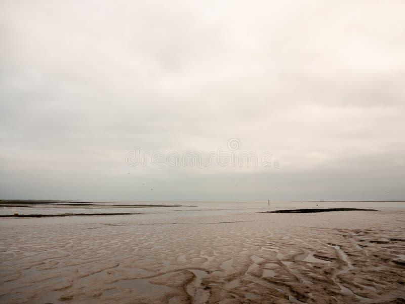 沿海岸区空的河阴云密布天泥场面  库存照片