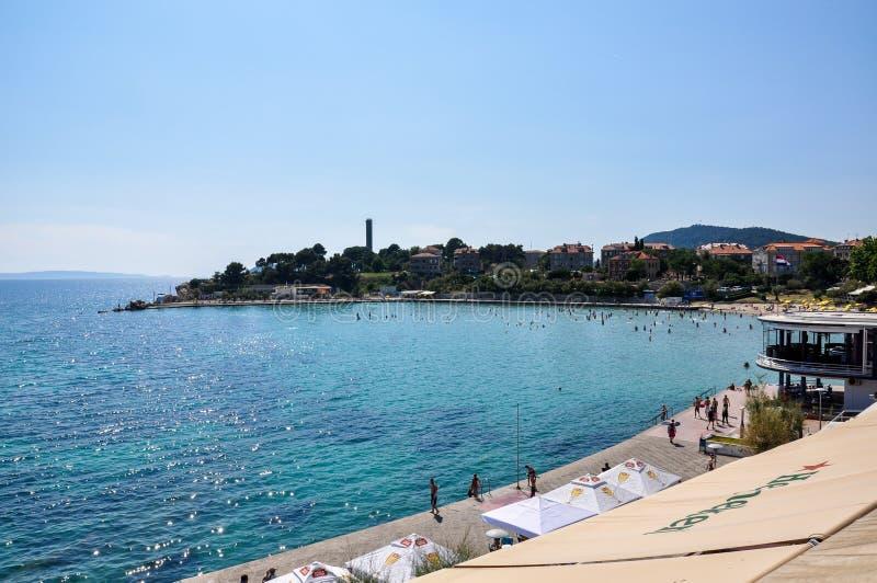 沿海岸线的一个看法分裂的,有享受阳光的游人的克罗地亚 免版税库存照片