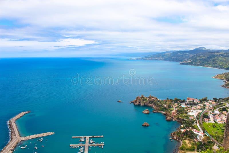 沿海村庄切法卢令人惊讶的鸟瞰图在西西里岛,意大利采取与小码头在第勒尼安海 免版税库存照片