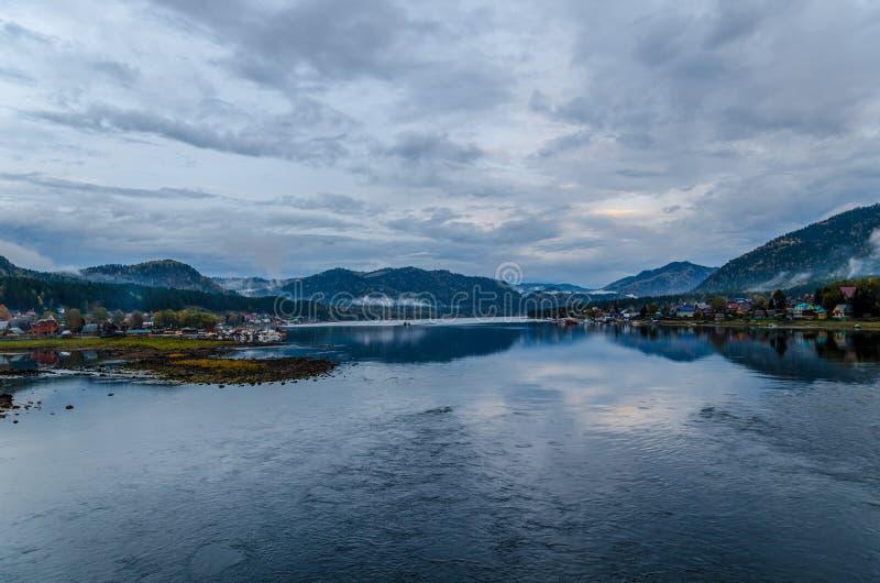 沿海村庄和湖在晚上末期 免版税库存照片