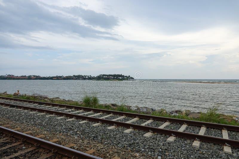 沿海洋的沿海铁路轨道 免版税图库摄影