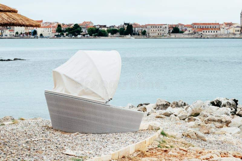沿海海视图 亚得里亚海的石海岸 向量例证