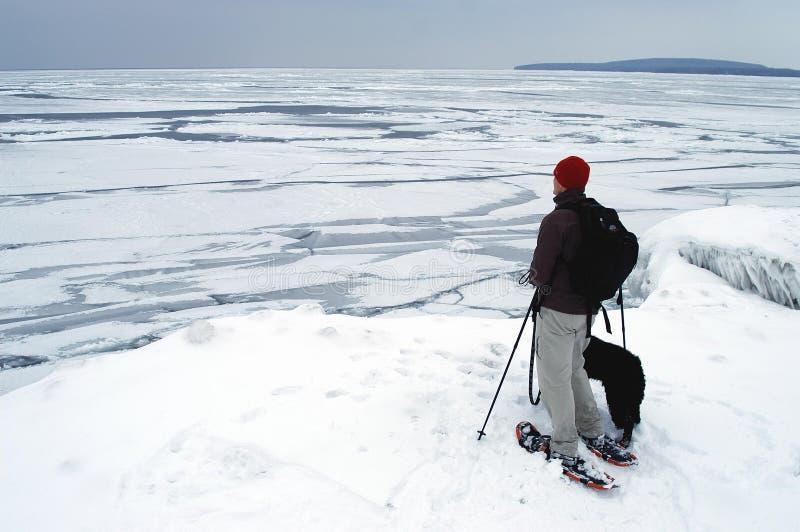 沿海湾流snowshoeing英王乔治一世至三世时期的冰 免版税库存图片