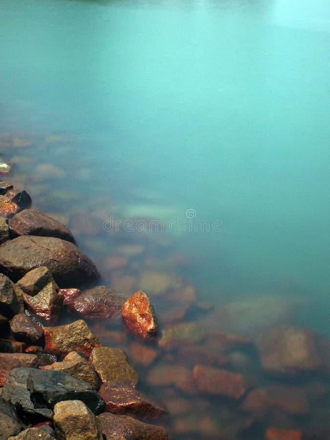 沿海滩前的岩石 库存图片