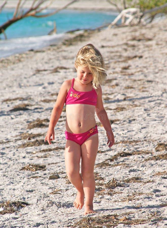 沿海滩女孩走的一点 免版税库存图片
