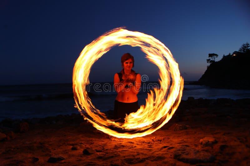沿海滩的火舞蹈在黑暗 库存照片
