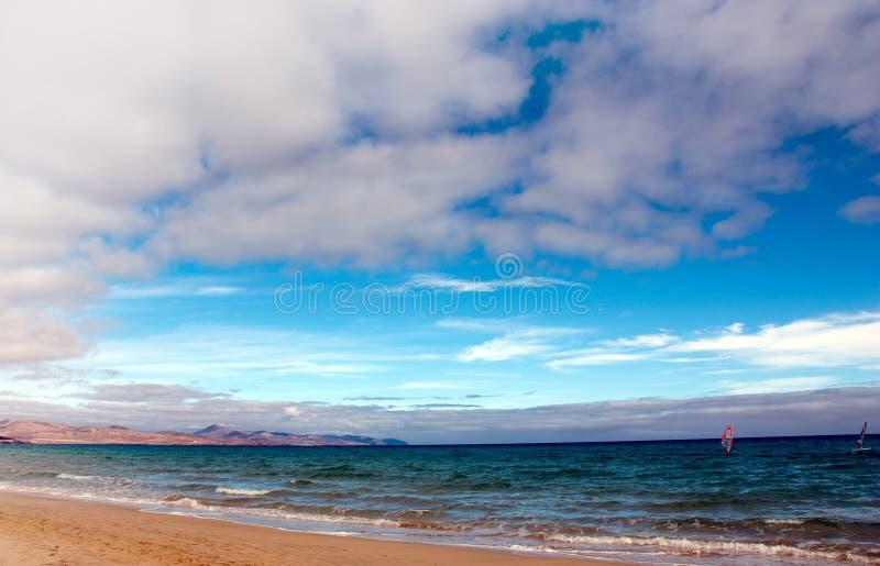 沿海滩空长风帆冲浪 库存照片