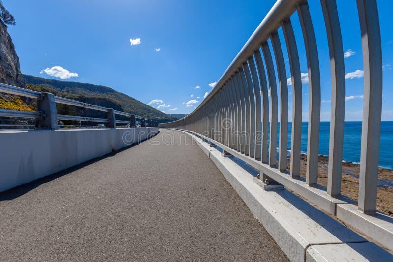 沿海的人行道,峭壁桥梁 库存图片