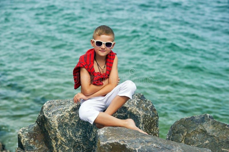 沿海的时兴的帅哥 免版税库存图片