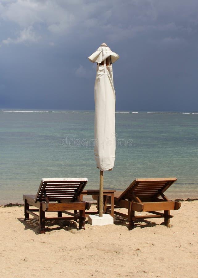 沿海洋的两张海滩睡椅 免版税库存图片