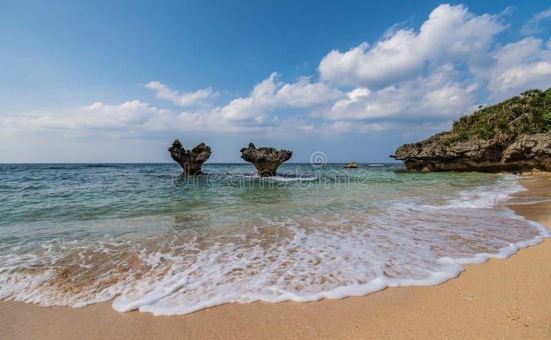 沿海滩的小心脏形状海岛 图库摄影