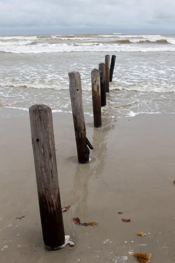 沿海滩的码头打桩 免版税库存图片
