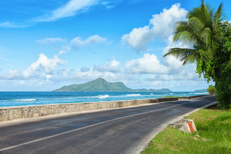 沿海洋` s海滩的路, Mahe,塞舌尔群岛 库存照片