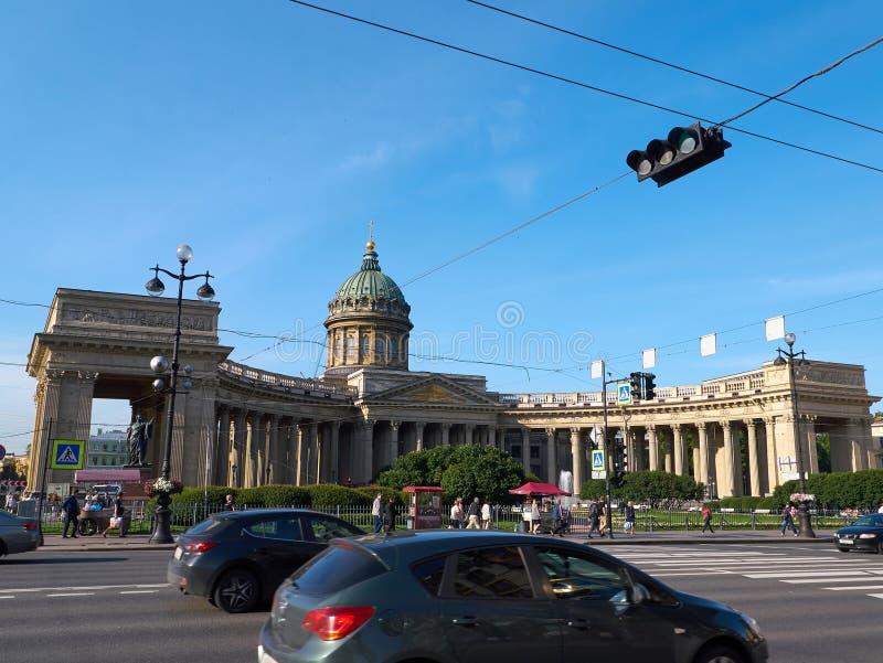 沿涅夫斯基Prospekt的交通在圣彼得堡,俄罗斯 免版税库存图片
