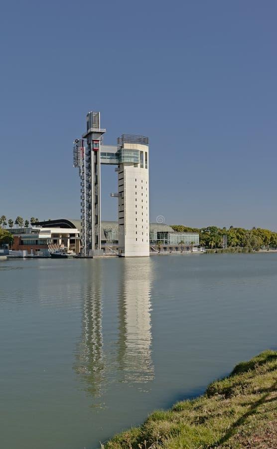 沿瓜达尔基维尔河河的欣德勒塔在塞维利亚 免版税图库摄影