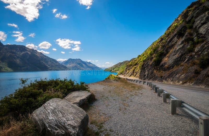 沿瓦卡蒂普湖岸的弯曲道路在新西兰 图库摄影