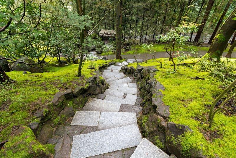 沿生苔绿色风景的花岗岩石步 免版税库存图片