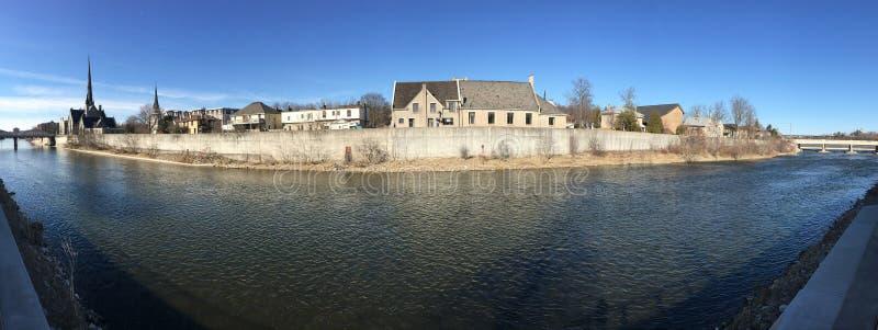 沿盛大河的全景在剑桥,加拿大 免版税库存图片