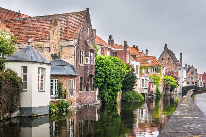 沿着一条运河的中世纪房子在布鲁日 图库摄影