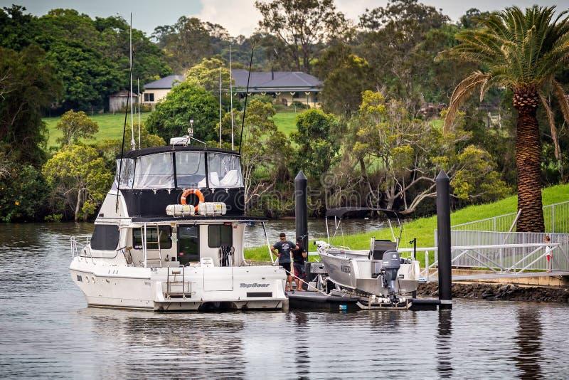 沿着入口的家被停泊的大马达巡洋舰在希望海岛,布里斯班,昆士兰,澳大利亚上 免版税库存图片