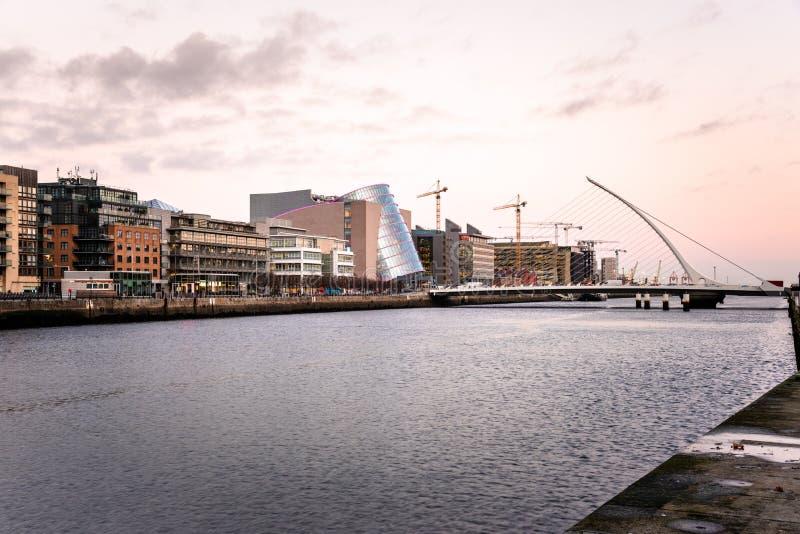 沿着利菲河的现代和enovated大厦在都伯林,微明的爱尔兰 免版税库存照片