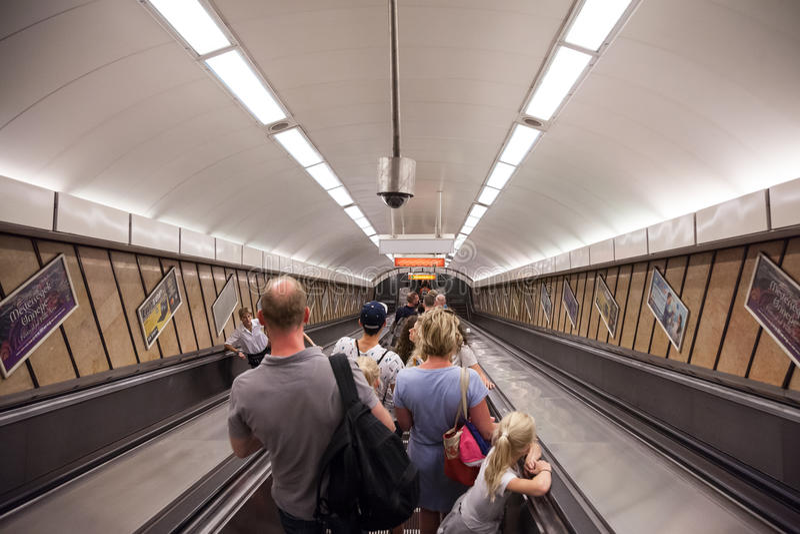 沿着走布达佩斯的地铁车站的人们自动扶梯的 免版税库存照片