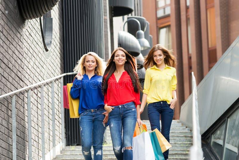 沿着走街道的三名美丽的妇女 免版税图库摄影