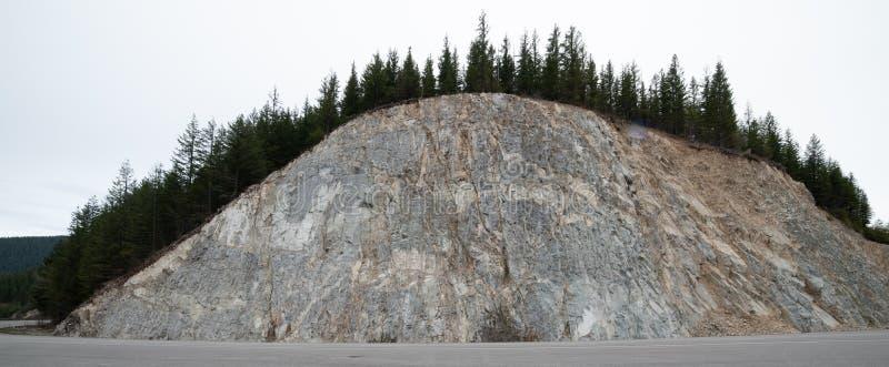 沿着车行道的岩石墙壁 免版税图库摄影