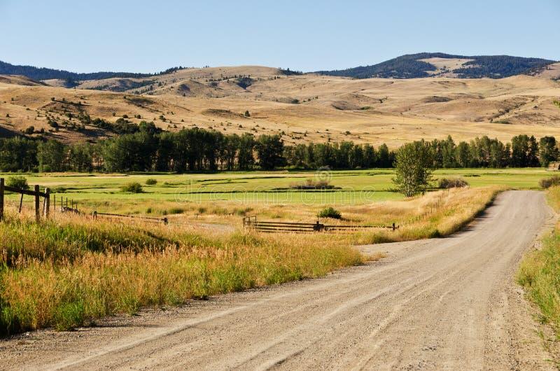 沿石渣路的大农场地产 免版税库存图片