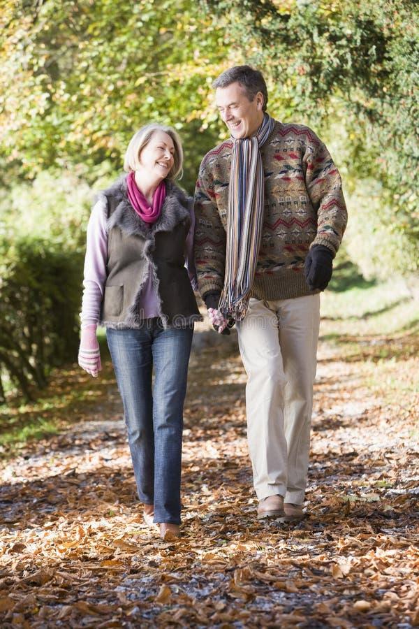 沿秋天夫妇路径高级走 免版税库存照片
