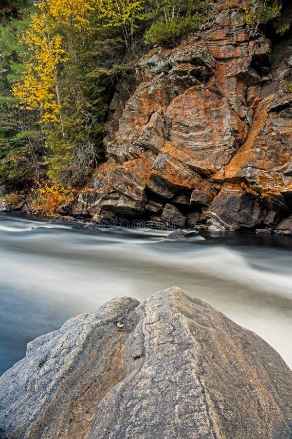 沿约克河的长的曝光秋天场面 免版税库存图片