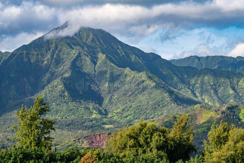沿考艾岛` s Na梵语海岸的大豪华的山 库存照片