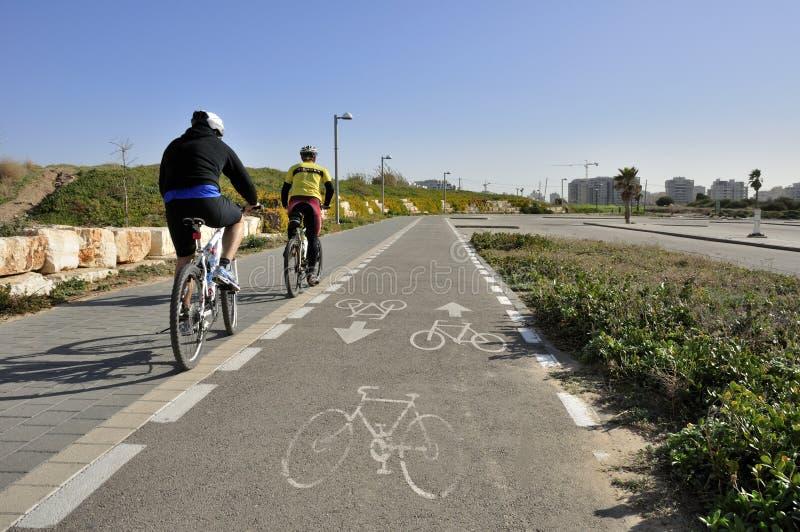 沿自行车骑自行车的人运输路线 免版税库存图片