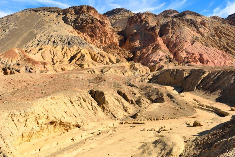 沿艺术家的多山风景在死亡谷驾驶路 库存图片