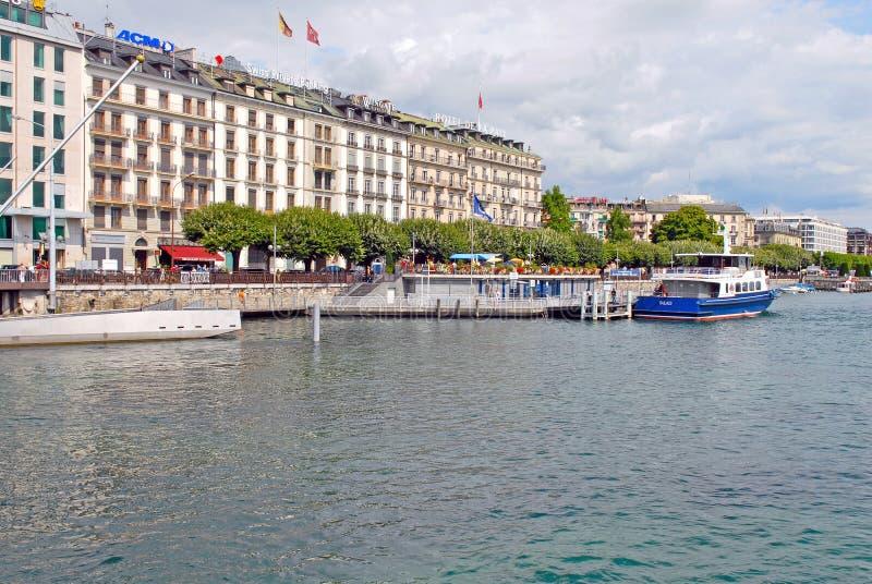 沿莱芒湖,瑞士银行的都市风景视图  免版税库存照片