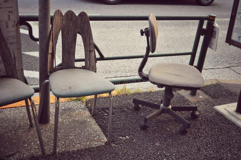 沿街道的老椅子 库存图片