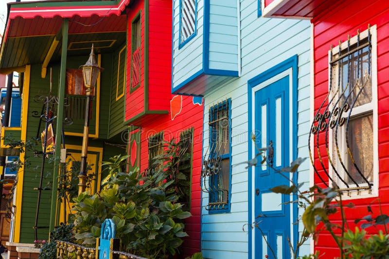 沿街道的装饰的五颜六色的木房子在伊斯坦布尔老镇 免版税图库摄影