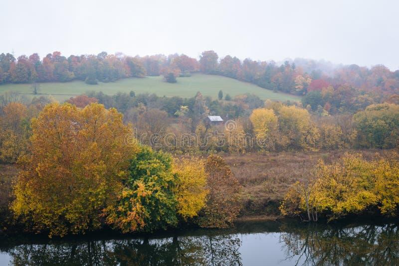 沿詹姆斯河的秋叶,看见从蓝岭山行车通道在弗吉尼亚阿巴拉契亚山脉  免版税库存图片