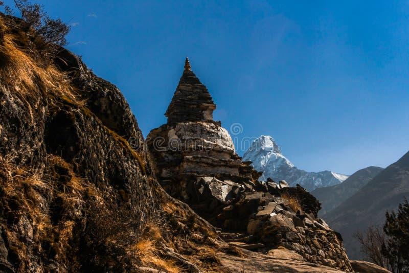 沿足迹的佛教stupa对Dingboche Pangboche和阿马Dablam在背景登上 免版税库存照片