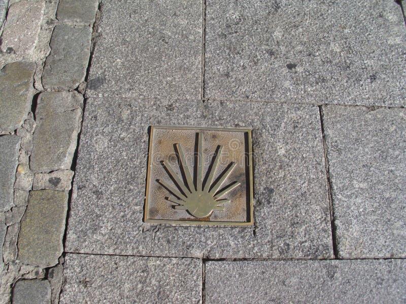 沿路在Gal走到圣地亚哥到达圣地亚哥-德孔波斯特拉主教座堂香客的指南标志和游人 免版税库存图片