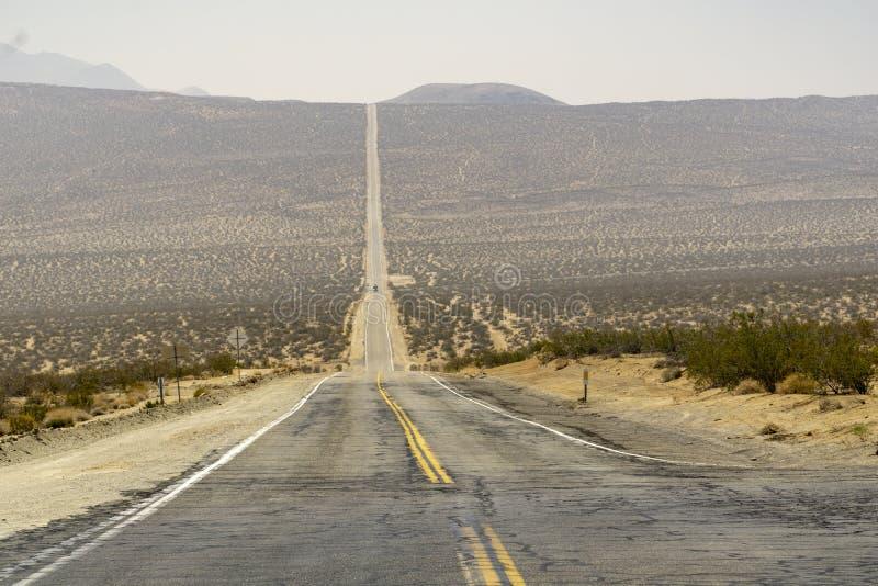 沿路的加利福尼亚通过死亡谷 免版税图库摄影
