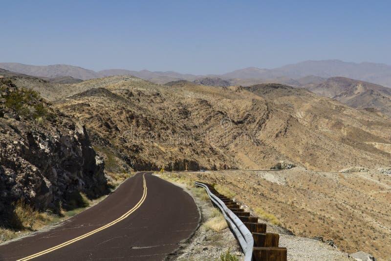 沿路的加利福尼亚通过死亡谷 库存照片