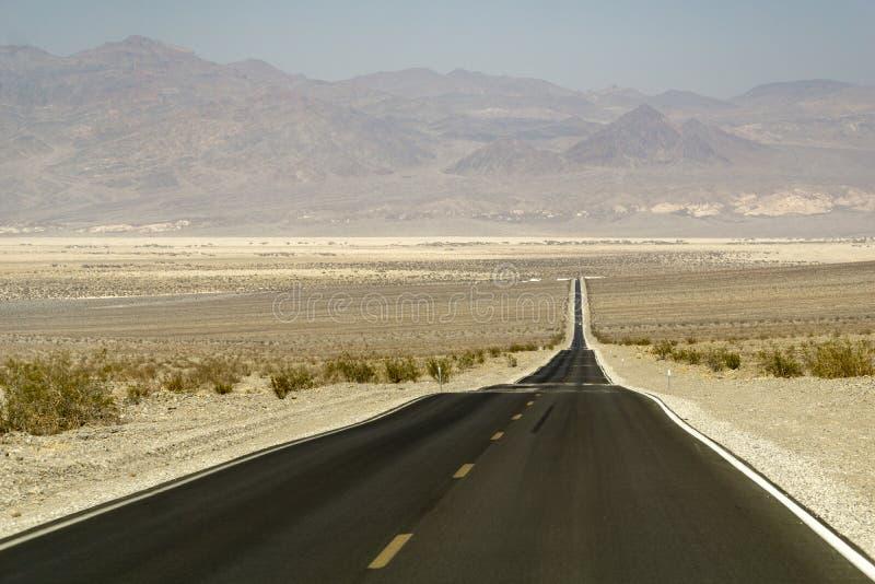 沿路的加利福尼亚通过死亡谷 库存图片