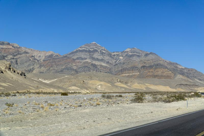 沿路的加利福尼亚通过死亡谷 免版税库存图片
