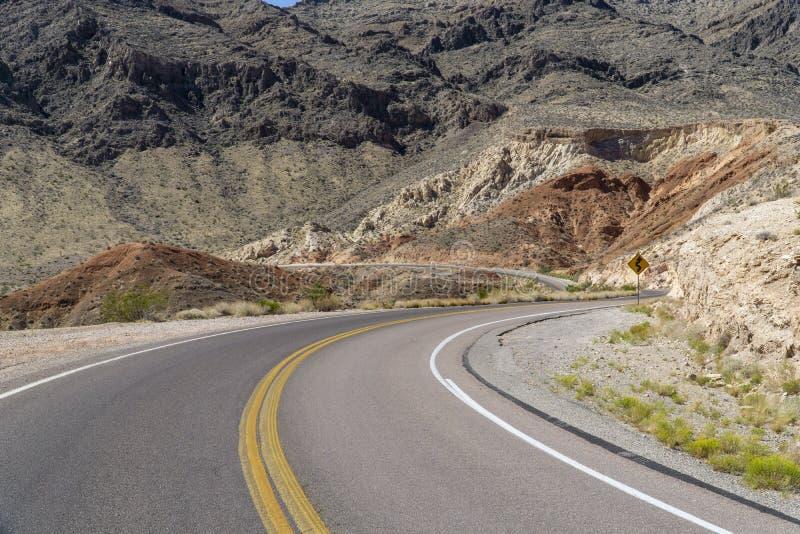 沿路的加利福尼亚通过死亡谷 免版税库存照片