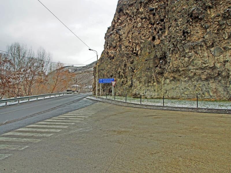 沿路的山岭地区在Khertvisi堡垒区域在乔治亚 库存照片