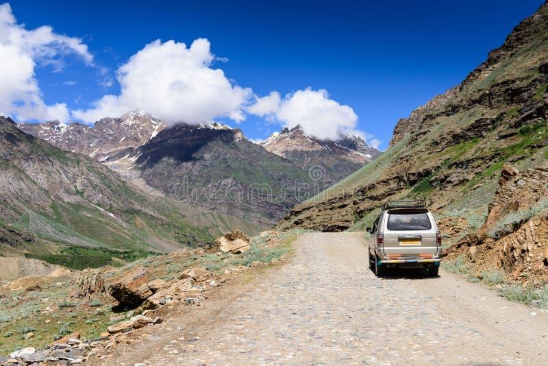 沿路的汽车旅行在马纳利莱赫高速公路在拉达克,喜马偕尔邦,印度 库存图片