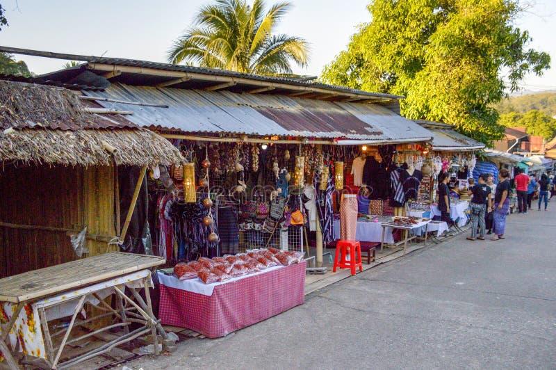 沿路的泰国地方市场向Krasae洞或死亡路轨方式 库存照片