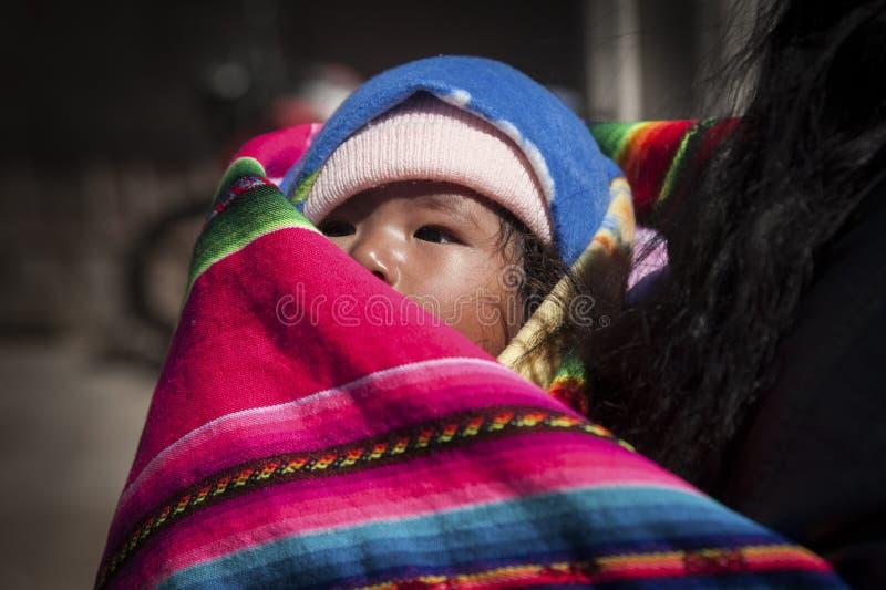 沿路的玻利维亚的孩子向奥鲁罗-玻利维亚 库存照片
