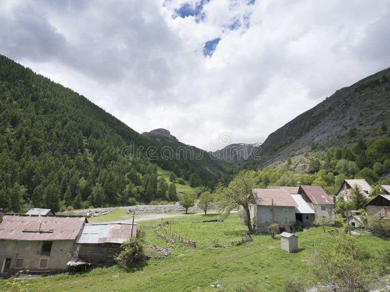 沿路的离开的村庄向de在法国alpes maritimes的la bonette col 库存照片